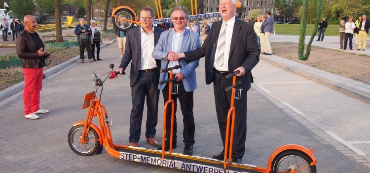 Op de kade van de Heijsehaven stonden adviseur Floor van der Kemp, constructeur Pim Peters en hoofd opleidingen Peter Otting van het Albeda College het transport op te wachten.